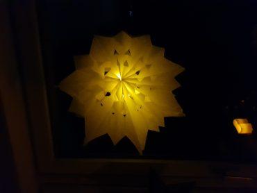 Beleuchtete Sterne aus Butterbrot-Tüten