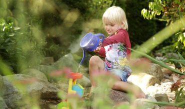 Wasserspiele mit Kindern im Garten